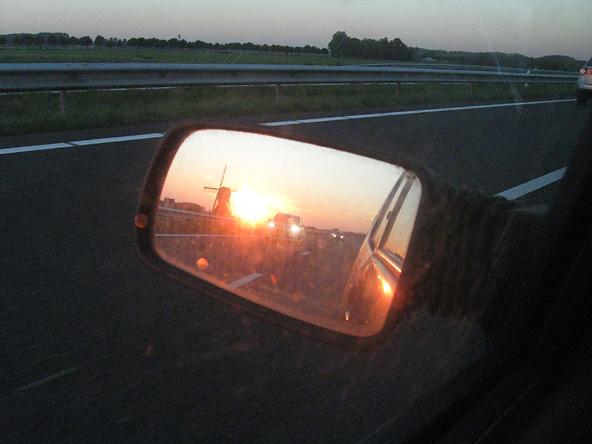 A15 molen in autospiegel bij zonsopkomst_3422
